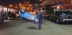 Ladispoli, perde il controllo dell'auto e si ribalta in Piazza Domitilla