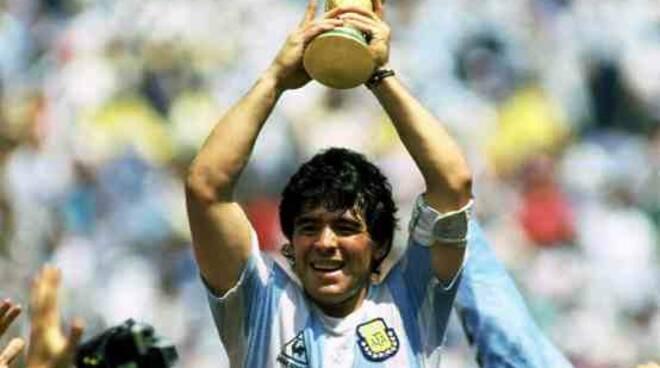 Il calcio dice addio all'artista del pallone, Maradona
