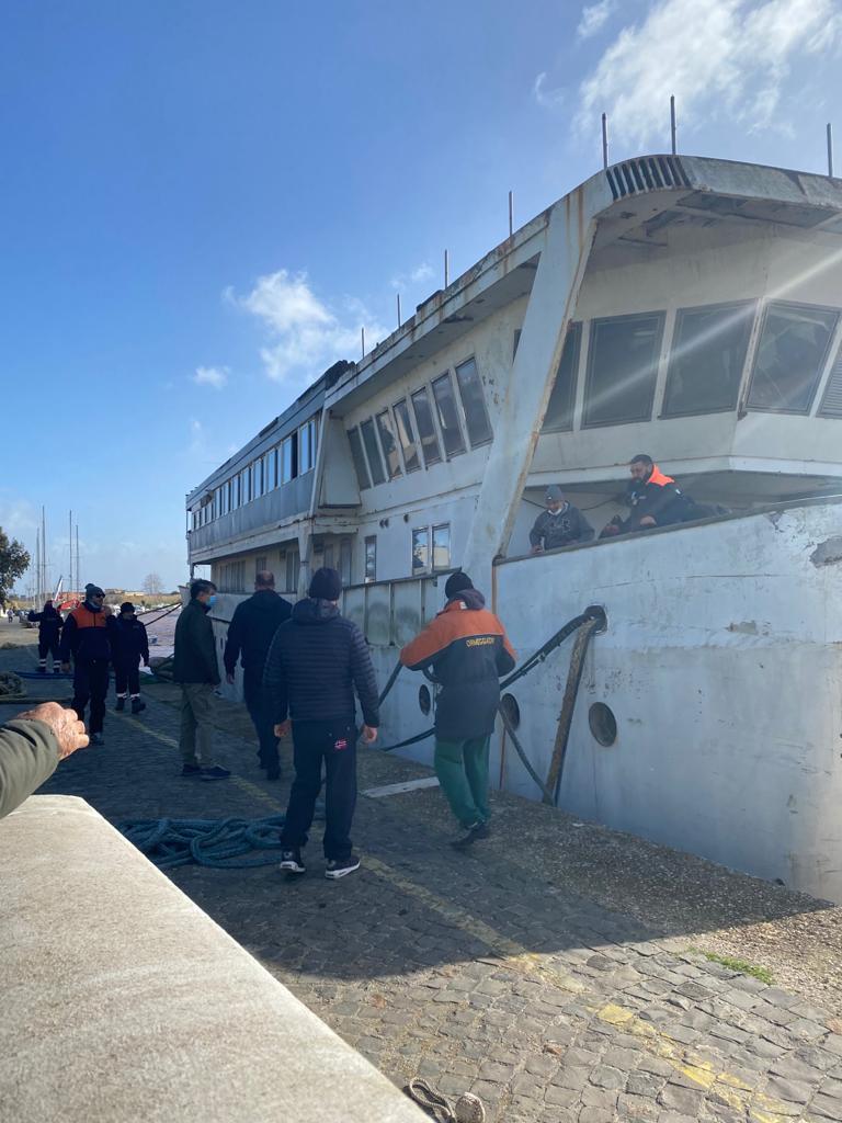 Fiumicino, intervento d'emergenza per ancorare il vecchio relitto alla banchina