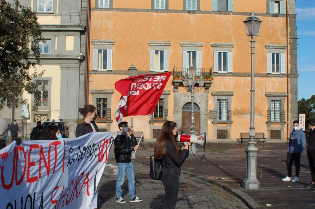 """""""Riaprite le scuole"""", studenti in piazza anche a Bracciano"""