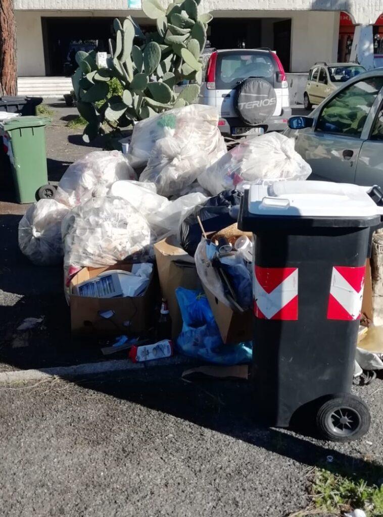 Cerenova: marciapiedi sommersi dai rifiuti, la denuncia dei cittadini