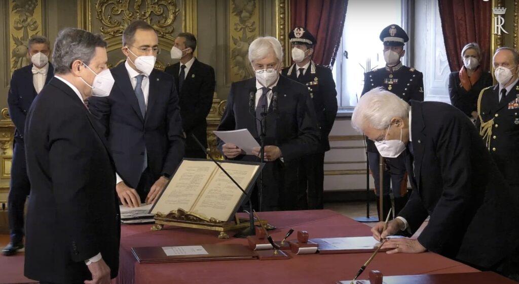 Mario Draghi giura e firma davanti a Mattarella: è il nuovo presidente del Consiglio