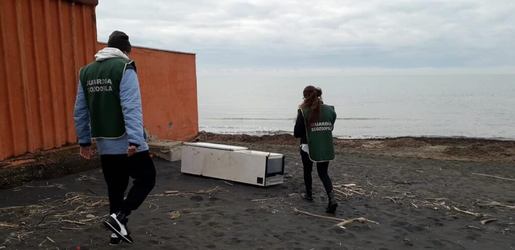 Ladispoli: frigo abbandonato sulla spiaggia di Marina di San Nicola