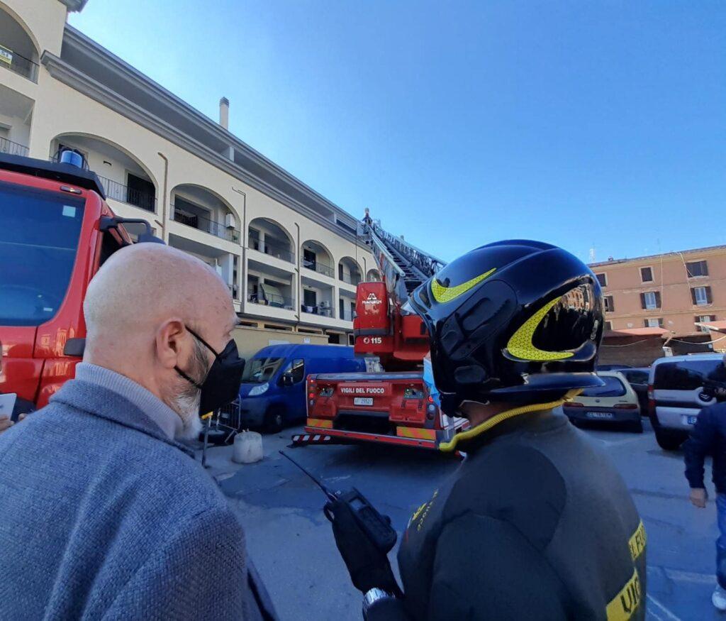 Civitavecchia: incendio al mercato, intervento die vigili del fuoco