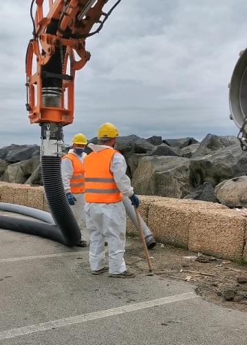 Fiumicino: iniziate le operazioni di pulizia delle scogliere prima del vecchio Faro