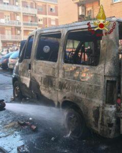 In fiamme furgone della Protezione Civile: una persona rimasta ferita