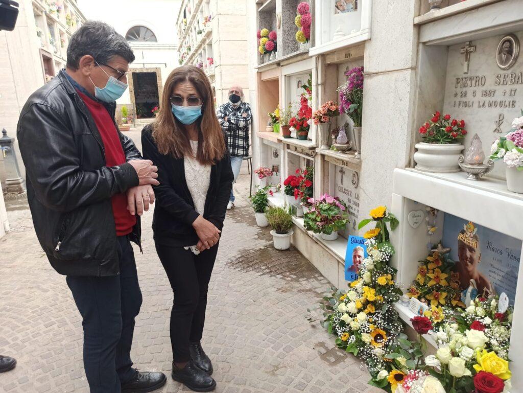 Cerveteri: mamma Marina e papà Valerio portano i fiori sulla tomba di Marco