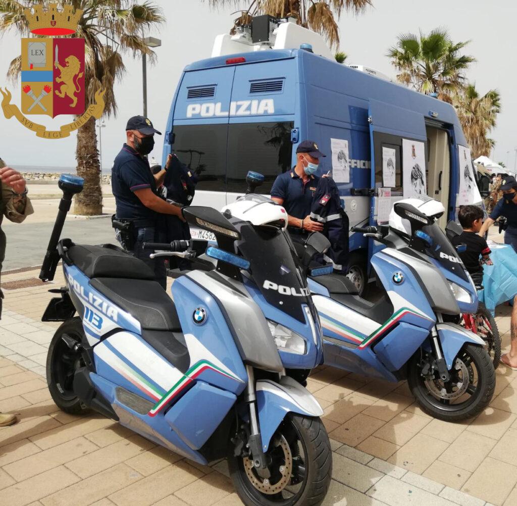 Il 'camper rosa' della Polizia di Stato a Civitavecchia