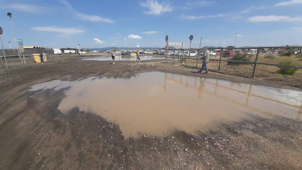 Cerveteri, dopo le piogge il parcheggio di Campo di Mare si trasforma in un lago