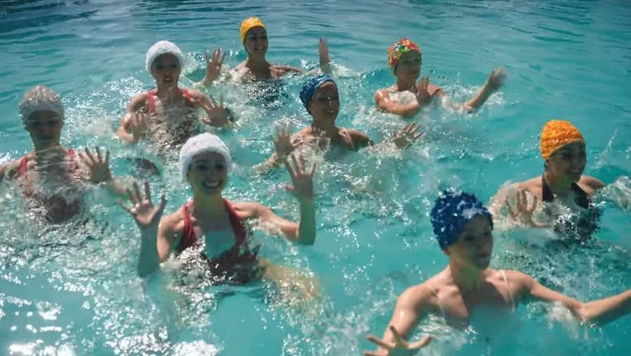 Civitavecchia: Ambra Ciardiello in piscina con Fedez