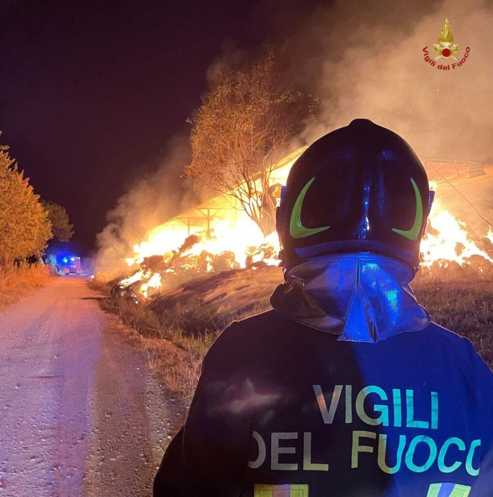 A fuoco un capannone: fiamme domate dai vigili del fuoco